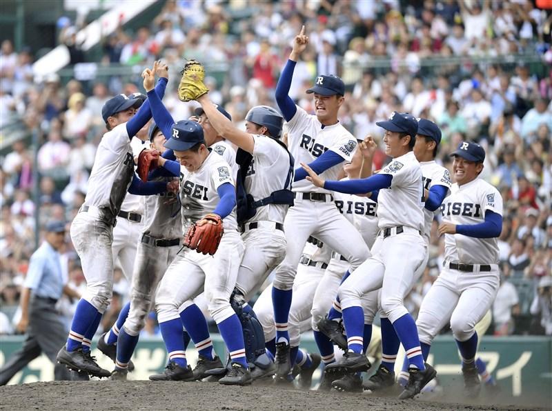 日本高中棒球夏季甲子園賽事20日確定取消。圖為2019年夏季甲子園冠軍戰,履正社高校拿下令和首次冠軍,也是隊史首座冠軍。(共同社提供)