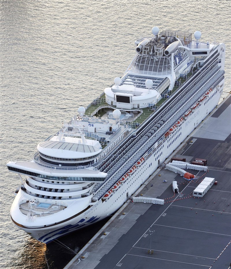 曾發生武漢肺炎集體感染的郵輪「鑽石公主號」停靠在日本橫濱港3個多月,經過全船消毒作業後,16日下午開往馬來西亞。(共同社提供)