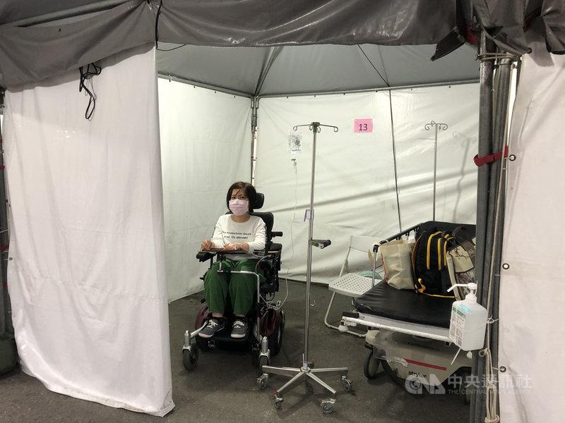 障礙者汪雪真日前採檢武漢肺炎且須住負壓隔離病房。從採檢到隔離,每一關卡都像是障礙賽,但有障礙的不是人,而是環境。(汪雪真提供)中央社記者陳偉婷傳真 109年5月17日
