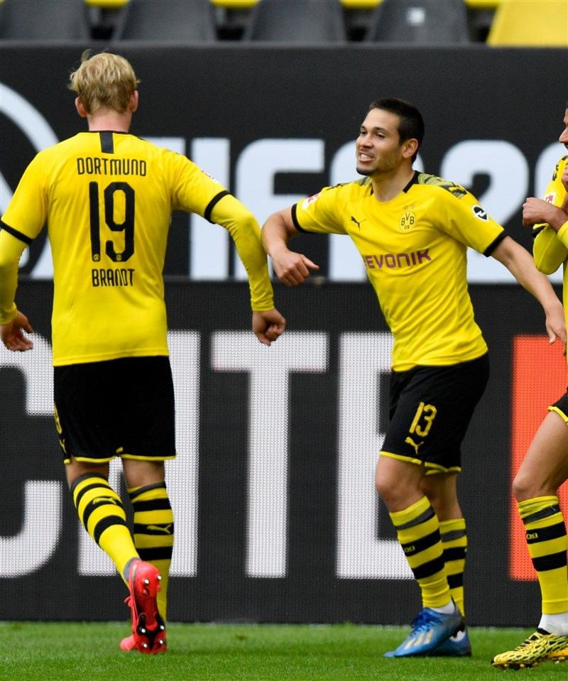 德國足球甲級聯賽停賽2個月後,16日以閉門方式復賽,球員多遵守防疫建議,用手肘接觸慶祝進球。(圖取自facebook.com/BundesligaOfficial)