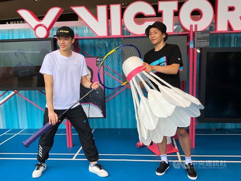 面對羽球賽事停擺,台灣「羽球王子」王子維(左)18日表示,近期不用趕赴海外參賽,最近早睡早起,作息變得正常。中央社記者黃巧雯攝 109年5月18日