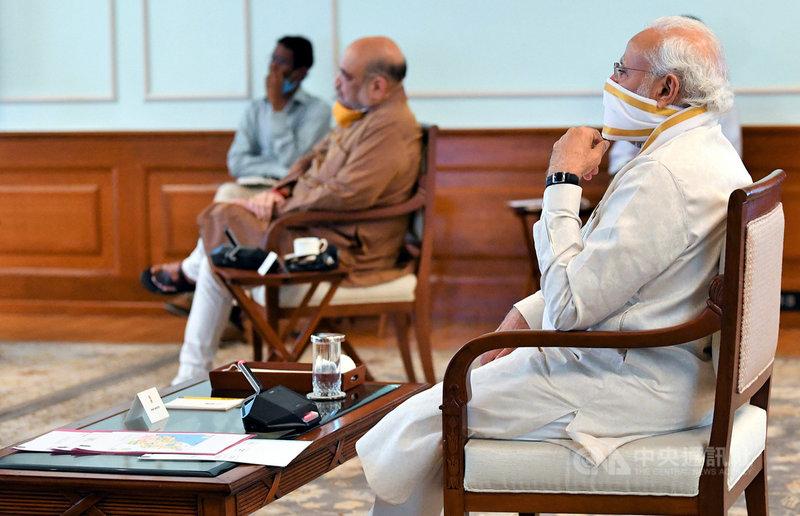 印度總理莫迪(後)18日邀集內政部、國家災害管理局官員召開會議,聽取各單位如何應對熱帶氣旋安芬來襲,印度內政部長夏哈(穿咖啡衣者)也列席。(印度總理辦公室提供)中央社記者康世人新德里傳真  109年5月18日