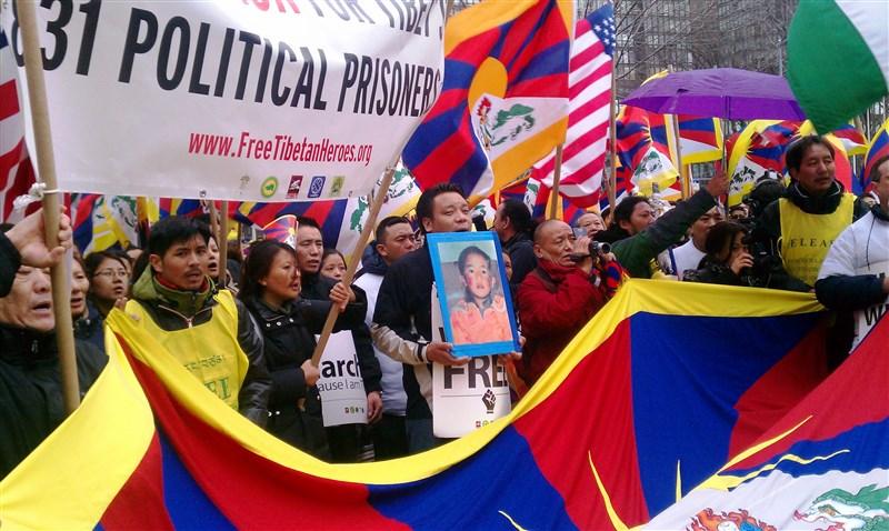 11世班禪喇嘛25年前失蹤,美國國務卿蓬佩奧18日呼籲北京當局,即刻交待班禪喇嘛下落。圖為藏人2011年抗議中國拘禁大批政治犯。(圖取自維基共享資源;作者SFT,CC BY2.0)