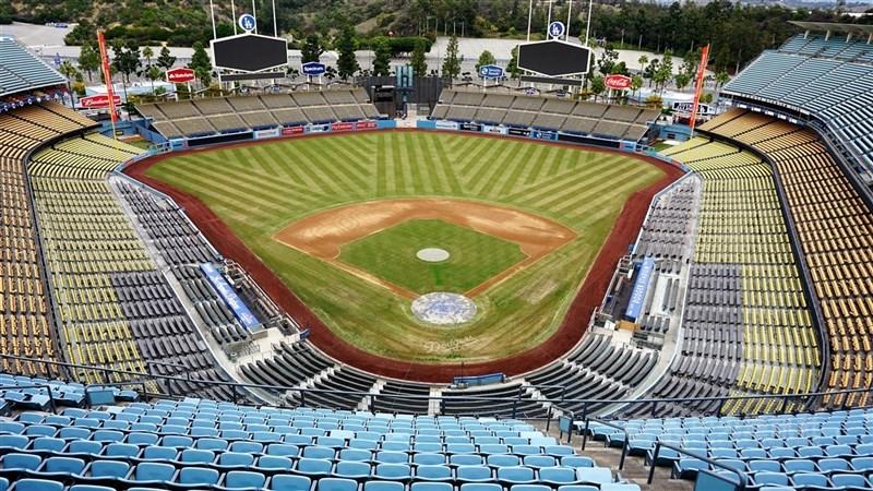 加州州長紐松18日准許美國職棒大聯盟無觀眾比賽,但地方媒體觀察,大聯盟要7月開打,難度還是很高。圖為空蕩蕩的洛杉磯道奇球場。(中央社檔案照片)