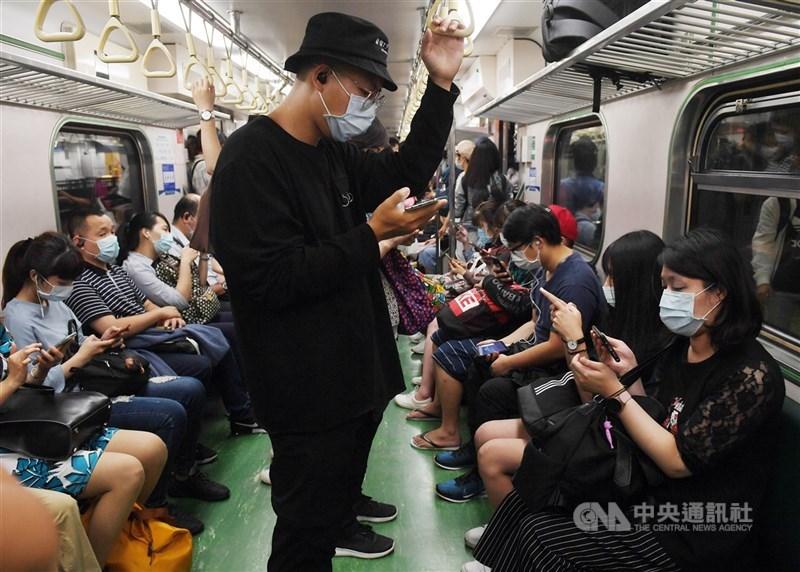 曼谷郵報前總編輯維拉18日在曼谷郵報專欄撰文,呼籲泰國當局向台灣學習防疫經驗。圖為民眾戴口罩搭乘台鐵電聯車。中央社記者施宗暉攝 109年5月15日