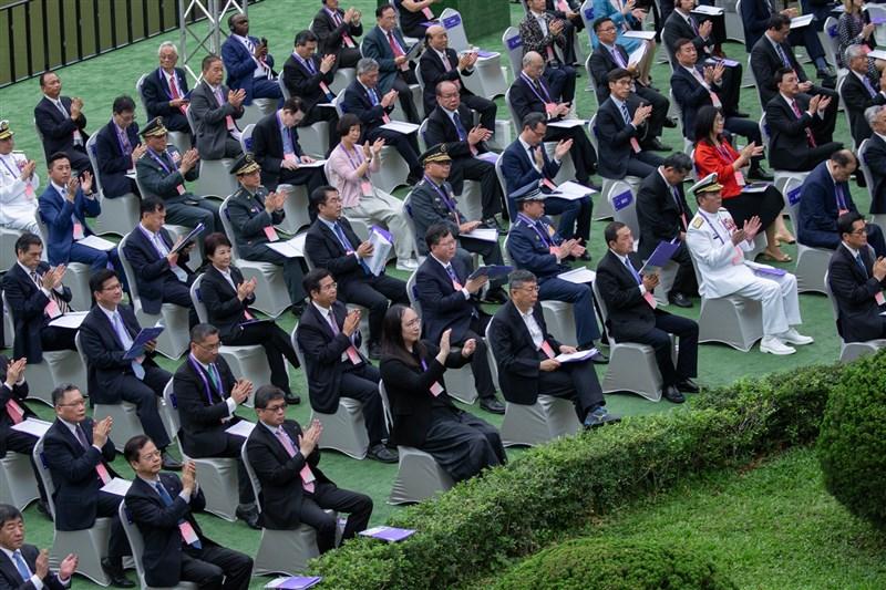 中國民國第15任總統暨副總統就職典禮20日台北賓館戶外場地舉行,與會者相隔1.5公尺的社交距離排排坐。(圖取自Flickr;作者總統府,CC BY-SA 2.0)