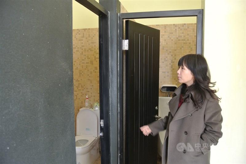 新竹市關埔國小教師李怡穎帶領學生思考校園空間性別議題,並嘗試提解決方案,曾讓學生設計無性別偏見的廁所標示。中央社記者陳至中攝 109年5月23日