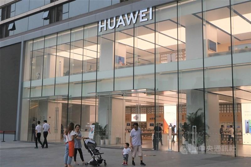 英國媒體報導,首相強生正計劃降低中國電信設備製造商華為技術公司在英國參與5G網路的程度。圖為華為位於上海的一間門市。(中央社檔案照片)
