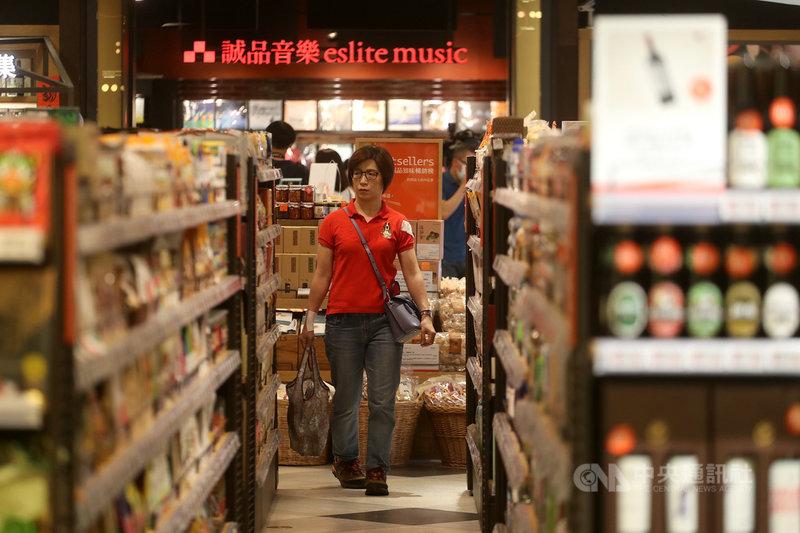 全球首家24小時書店誠品敦南店即將閉幕,24小時書店由誠品信義店3樓接棒,書店裡設有24小時生鮮超市及唱片行,看好夜間消費客群。中央社記者裴禛攝 109年5月25日