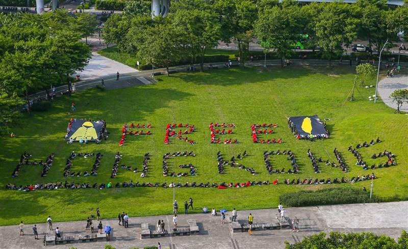 2020年港生報讀台灣學士較前一年同期上升6成半,可能與反送中運動有關。圖為在台港生組織「香港邊城青年」等團體2019年8月11日在台北華山大草原透過人體排字聲援香港。(中央社檔案照片)