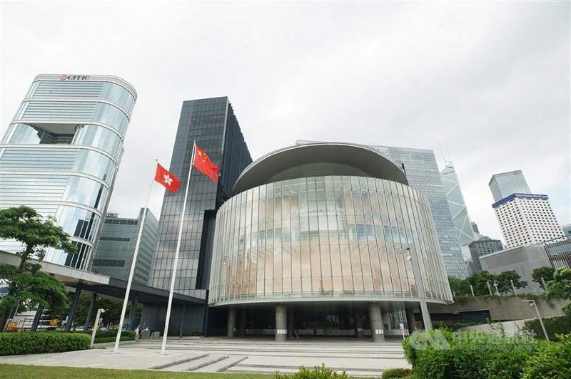 國安人士24日表示,若「香港版國安法」通過,造成香港的地位被根本性改變而危害台灣安全時,將改適用兩岸關係條例,即把港資視同陸資,而港人居留的規定也會停止。圖為香港立法會大樓。(中央社檔案照片)