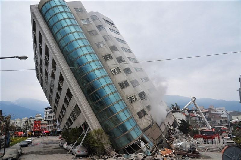 花蓮地區6日深夜強震釀災,位於商校街的雲門翠堤大樓嚴重傾斜,仍有多人受困,警消持續搜救中。中央社記者孫仲達攝 107年2月7日