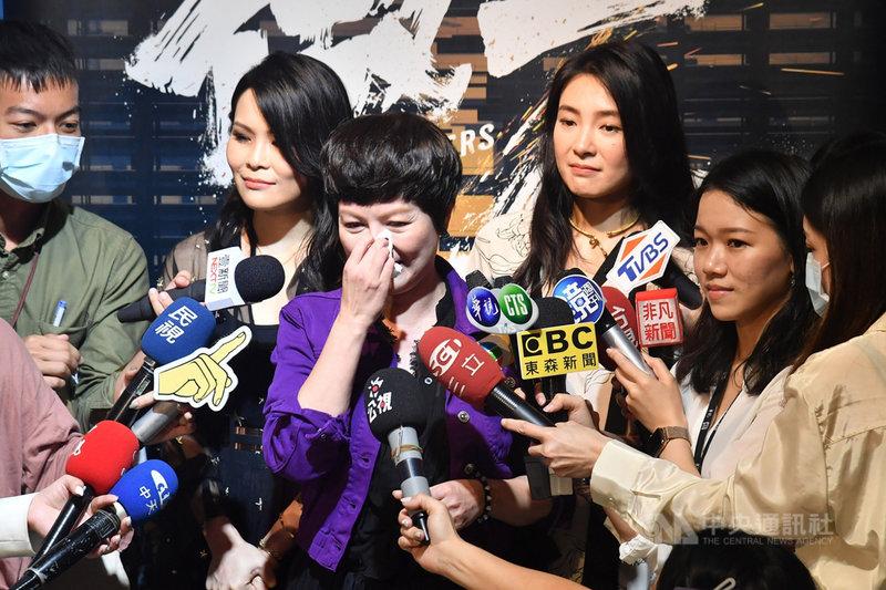 台劇「做工的人」26日舉辦演員聯訪,藝人苗可麗(左3)、曾珮瑜(右3)與周蕙(左2)出席,談及驟逝的演員吳朋奉時,苗可麗忍不住落淚表示,盼大家多說他的好,讓他開心地走,「來世再見了」。中央社記者林俊耀攝 109年5月26日