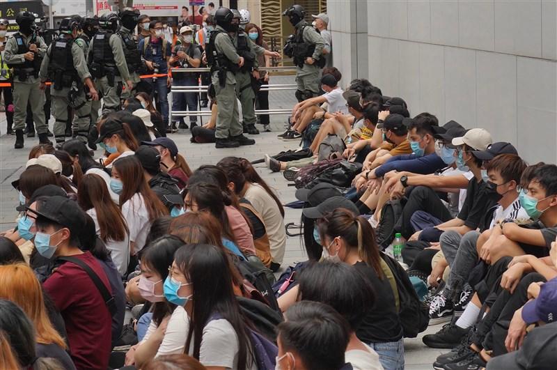 港媒引述消息人士指出,未來觸犯「港區國安法」的人士可能會被關押在特別拘留設施,且拘留時間由當局決定,不受48小時限制。圖為香港國歌條例草案5月27日在立法會恢復二讀引發抗爭,港警逮捕逾300人。(美聯社)