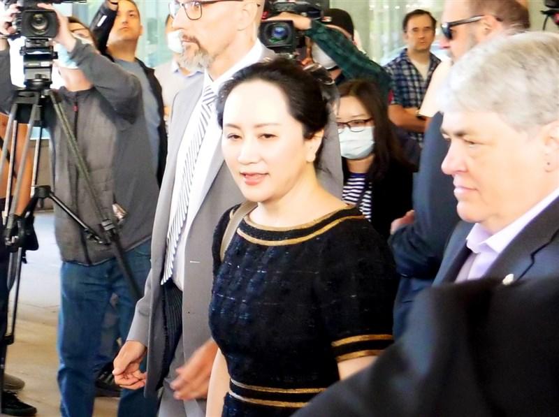 根據文件顯示,中國華為公司財務長孟晚舟(前中)的律師已向加拿大法院提出申請,爭取中止將孟晚舟引渡到美國的訴訟程序。圖為5月27日孟晚舟聽完宣判離開法院。(安納杜魯新聞社提供)