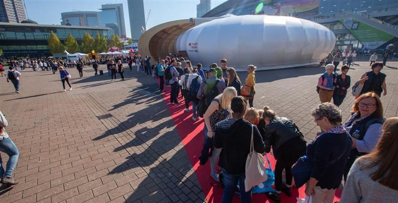 原訂10月舉行的德國法蘭克福書展因疫情減緩將照常舉行,但因防疫需要會與往年大不相同。圖為2019年書展人潮。(圖取自法蘭克福書展網頁buchmesse.de)