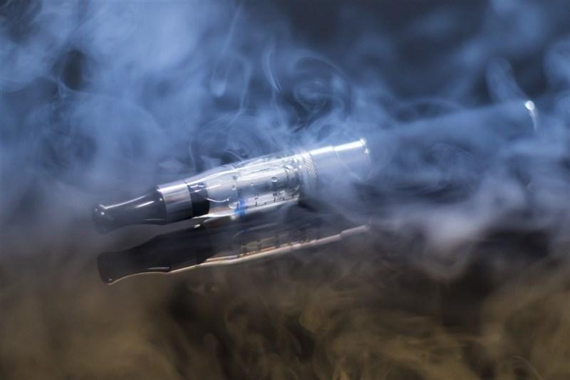 中山醫學大學附設醫院12月1日表示,9月間收治一名15歲肺炎患者,在排除感染及其他原因後,經過詢問,少年才坦承11歲起開始抽電子煙,而確認是電子煙造成的肺部損傷。(圖取自Pixabay圖庫)