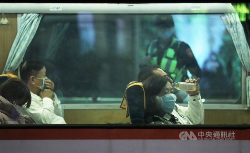 台鐵及高鐵29日都向外界宣布,只要保持好社交距離的情況下,從6月1日起可以在車上飲食。(中央社檔案照片)