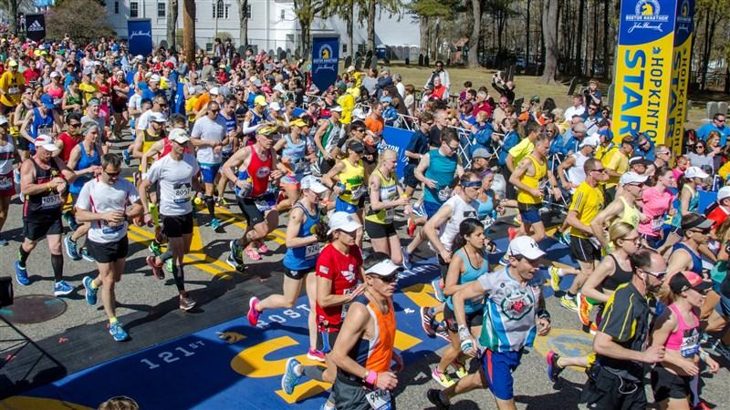 受到武漢肺炎疫情影響,主辦單位28日表示,擁有124年悠久歷史的波士頓馬拉松今年將取消賽事。圖為波士頓馬拉松第121屆賽事。(facebook.com/BostonMarathon)