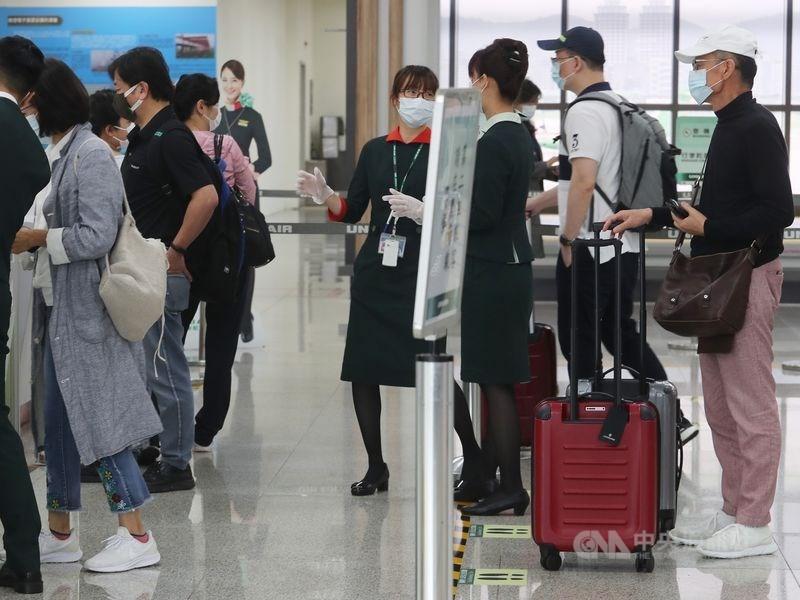 配合口罩出口禁令解除,財政部關務署公告,6月1日廢除旅客只能攜帶250片口罩出境的限制。(中央社檔案照片)