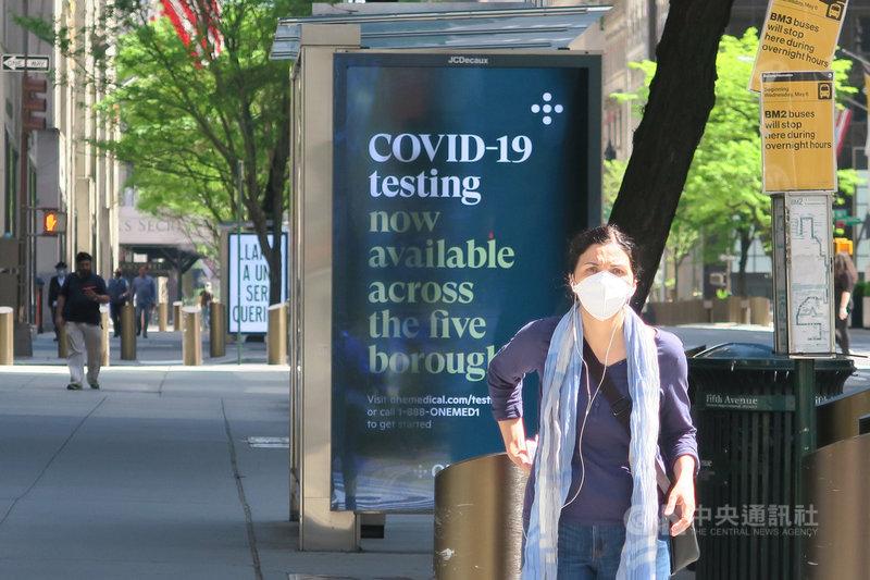 紐約州政府下令民眾須在無法保持6英尺(約183公分)社交距離的公共場合遮住口鼻後,曼哈頓街頭愈來愈多民眾配戴口罩。中央社記者尹俊傑紐約攝 109年5月30日