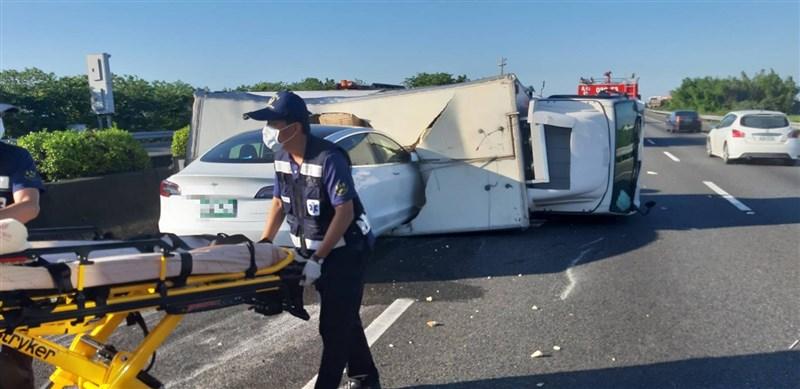 國道1號南下268公里處1日上午發生車禍,一輛貨車在快車道翻覆,後方一台特斯拉剎車不及直接撞進貨車車廂,幸無人傷亡。(嘉義縣消防局提供)中央社記者蔡智明傳真 109年6月1日