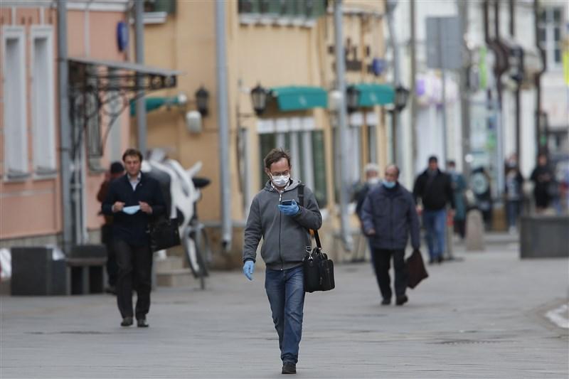 俄羅斯當局為防堵武漢肺炎疫情採取嚴格防疫措施,1日是首都莫斯科市居民9週以來首度可以外出散步。圖為莫斯科街頭民眾戴口罩外出。(安納杜魯新聞社提供)