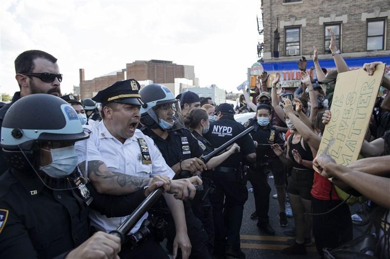 美國非裔男子佛洛伊德日前在明尼蘇達州遭警察用膝蓋壓制頸部窒息身亡,引發全美示威。(安納杜魯新聞社提供)