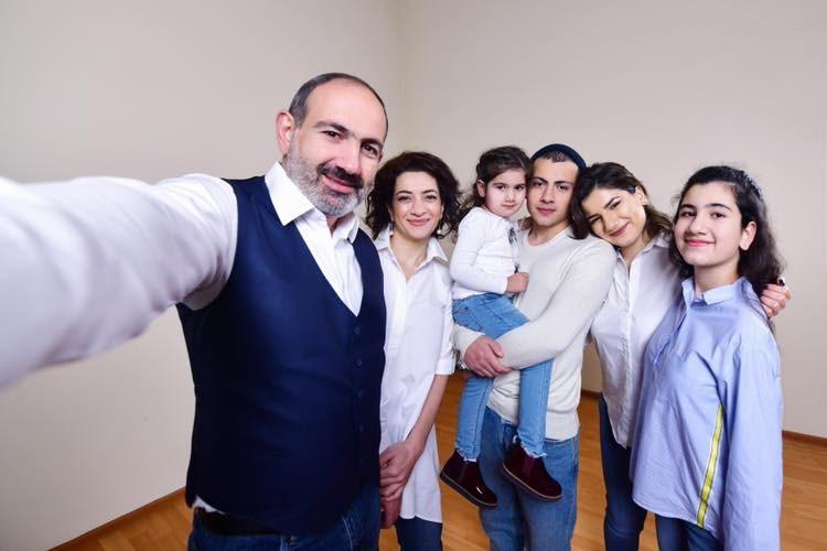 亞美尼亞總理帕辛揚(左1)在臉書表示他確診武漢肺炎,包含家人也都感染病毒。圖為帕辛揚與家人合照。(圖取自facebook.com/nikol.pashinyan)