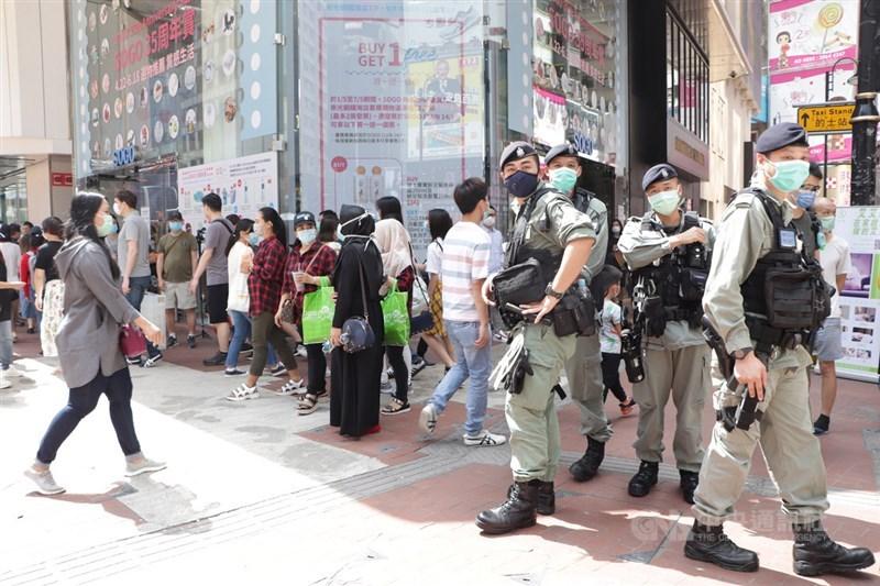 香港當局2日宣布延長防疫限聚令,引發有意限制民眾集會紀念「反送中」首場警民衝突一週年的聯想。圖為香港防暴警察五一勞動節駐守銅邏灣,戒備反送中支持者發起的快閃示威堵路。中央社記者張謙香港攝 109年5月1日