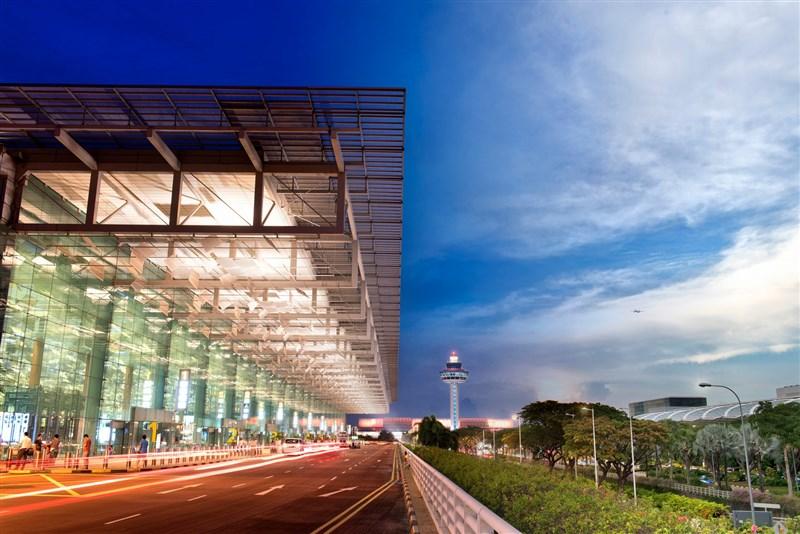 新加坡展開第1階段解封,旅客從2日起可以在樟宜機場(圖)轉機,新航與勝安航空6月與7月也將恢復部分航線。(圖取自twitter.com/ChangiAirport)