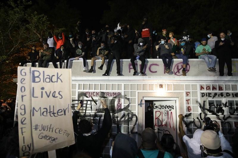 美國非裔民眾遭白人警察施暴喪命,全美爆發反種族歧視抗議。圖為民眾1日在白宮附近示威抗議。(安納杜魯新聞社提供)