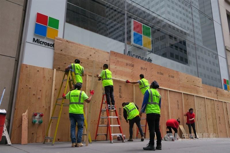 紐約曼哈頓第五大道的微軟零售店遭不肖人士洗劫後,工作人員美東時間2日在店外釘上木板。中央社記者尹俊傑紐約攝 109年6月3日