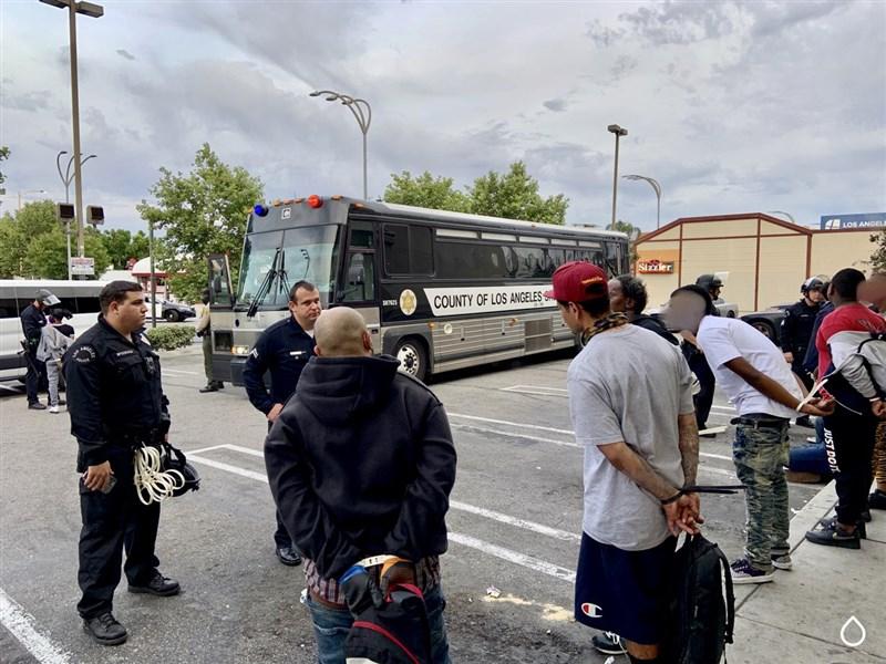 美國非裔男子佛洛伊德遭白人警察以膝壓頸窒息而死,全美引發示威潮,加州洛杉磯已有2700多人被捕。(圖取自twitter.com/LAPDHQ)