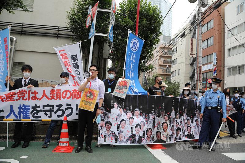 六四天安門事件31週年,居留日本的中國人及關心的日本民眾到中國大使館前發表「紀念六四天安門事件暨催促解散中國及讓習近平下台」聲明,並遞出抗議函。中央社記者楊明珠東京攝 109年6月4日