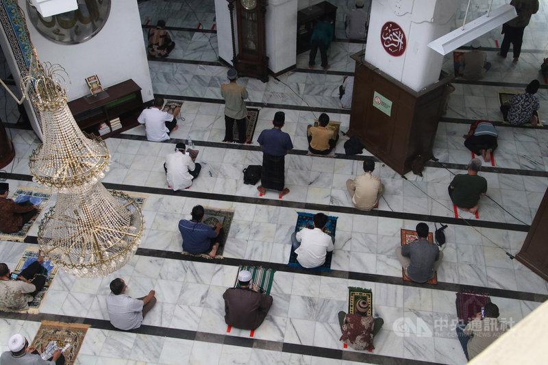 雅加達庫特慕地亞清真寺實施防疫措施,清真寺內民眾的左右需維持120公分的距離,前後排民眾也錯開。中央社記者石秀娟雅加達攝  109年6月5日