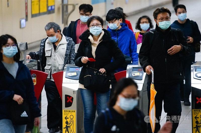 台北市副市長黃珊珊5日宣布,7日起搭乘大眾運輸,車廂車站內若能維持社交距離就免戴口罩,但捷運進站、公車上車時仍要戴。(中央社檔案照片)
