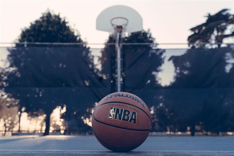美國職籃NBA聯盟和球員工會26日宣布,16日針對302人進行檢測,發現有16名球員對2019冠狀病毒疾病呈陽性反應。(示意圖/圖取自Unsplash圖庫)