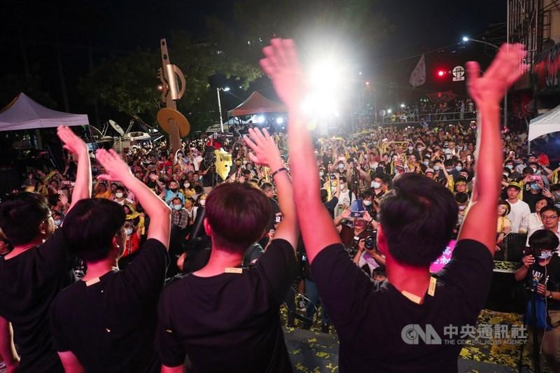 高雄市長韓國瑜罷免案6日順利過關,讓韓國瑜成為台灣自治史上首名遭罷免的直轄市長,「罷韓四君子」也集體向民眾致謝,感謝市民陪伴他們走完最後一哩路。中央社記者吳家昇攝 109年6月6日