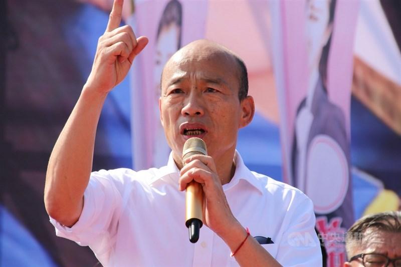 高雄市長韓國瑜(圖)成為24日首位遭罷免成功的直轄市長,近韓人士分析,韓國瑜不按牌理出牌、孤注一擲的性格,為延續政治生命,勢必會去打黨主席這一仗。圖為韓國瑜2019年到南投縣出席競總成立大會。(中央社檔案照片)