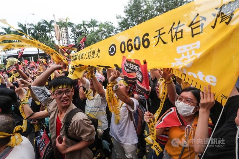 高雄市長韓國瑜確定遭到罷免,罷韓總部外6日傍晚群情激昂,民眾開心拉起民主黃絲帶並熱情歡呼。中央社記者吳家昇攝 109年6月6日