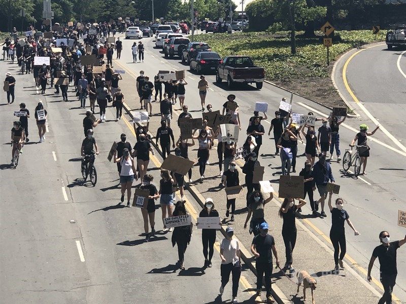 美國非裔男子佛洛伊德之死引發全美各地示威潮,舊金山矽谷巴羅艾托6日舉行和平示威活動,千人走上汽車通行的主要幹道上,經過的車輛大鳴喇叭表示支持。中央社記者周世惠舊金山攝 109年6月7日