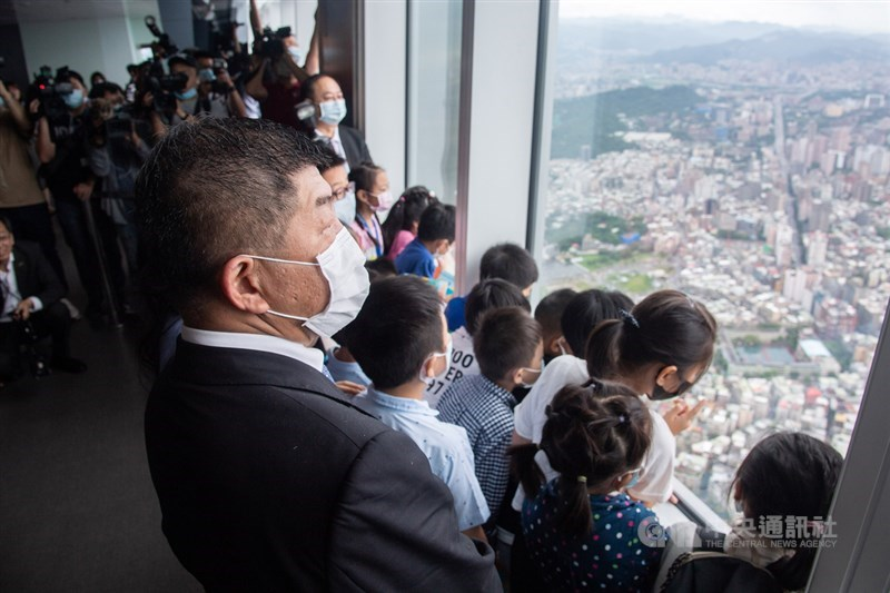 台灣7日正式迎來解封日,衛福部長陳時中(前左)與一群國小、幼稚園的兒童共同參與台北101觀景台導覽服務。中央社記者林俊耀攝 109年6月7日