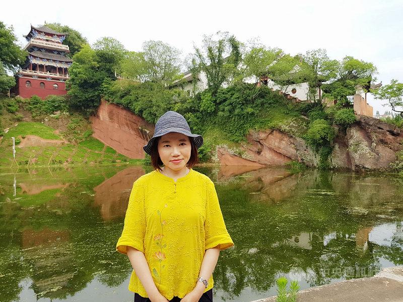 作家衣若芬(圖)將30年間對蘇東坡的研究、訪查心得出版新作「陪你去看蘇東坡」,就讀中文系的她坦言,高中時想當記者,會踏上研究蘇東坡的人生道路,完全是意外。(有鹿文化提供)中央社記者陳秉弘傳真 109年6月8日