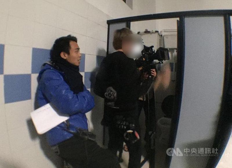 公視節目「藝術很有事」拍攝「榮光燦爛」記錄香港反送中運動期間,歌曲「願榮光歸香港」與香港社會的關係。港籍導演鄧卓儒(圖)在拍攝時,遭港警拘捕,雖然2天後獲得釋放,但所有攝影器材和隨身物品都被沒收。事後他感慨:「簡單的藝術節目,也會遭遇如此對待。」(鄧卓儒提供)中央社記者葉冠吟傳真 109年6月8日