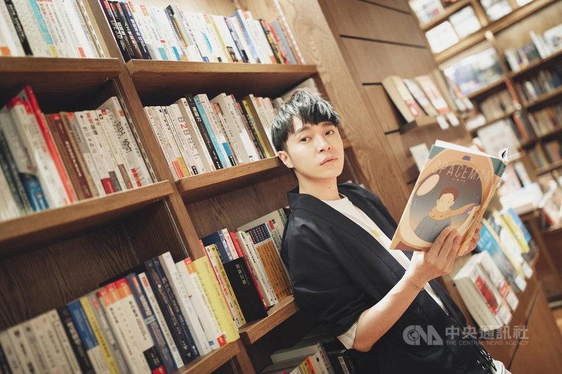 歌手吳青峰大解密「太空人」專輯12支MV的彩蛋,他透露,12支MV中,最初與最後的影像,都與其他MV前後相連。(環球音樂提供)中央社記者葉冠吟傳真 109年6月8日