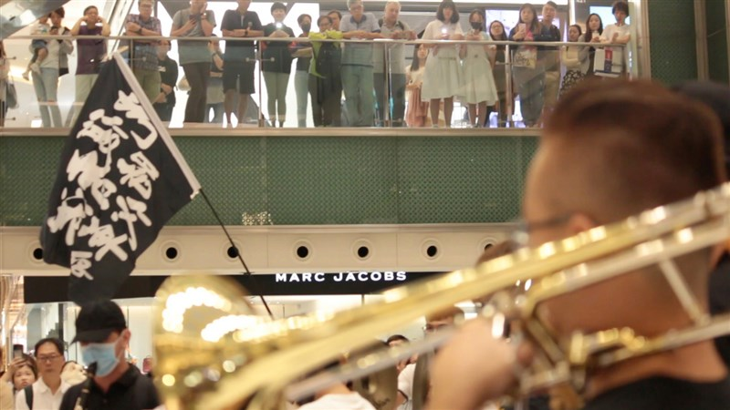 公視節目「藝術很有事」拍攝「榮光燦爛」記錄香港反送中運動期間,歌曲「願榮光歸香港」與香港社會的關係。圖為「光復香港、時代革命」的黑旗在香港反送中示威現場中從不缺席,榮光快閃團號召市民欣賞快閃表演。(公視提供)中央社記者葉冠吟傳真 109年6月8日