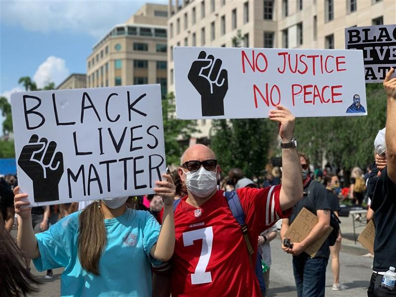 美國大批群眾走上街頭表達對非裔同胞的支持,除了呼籲「黑人的命也是命」外,「白人的沉默就是暴力」主題也一再出現。圖為曼哈頓示威者手舉標語抗議。(安納杜魯新聞社提供)