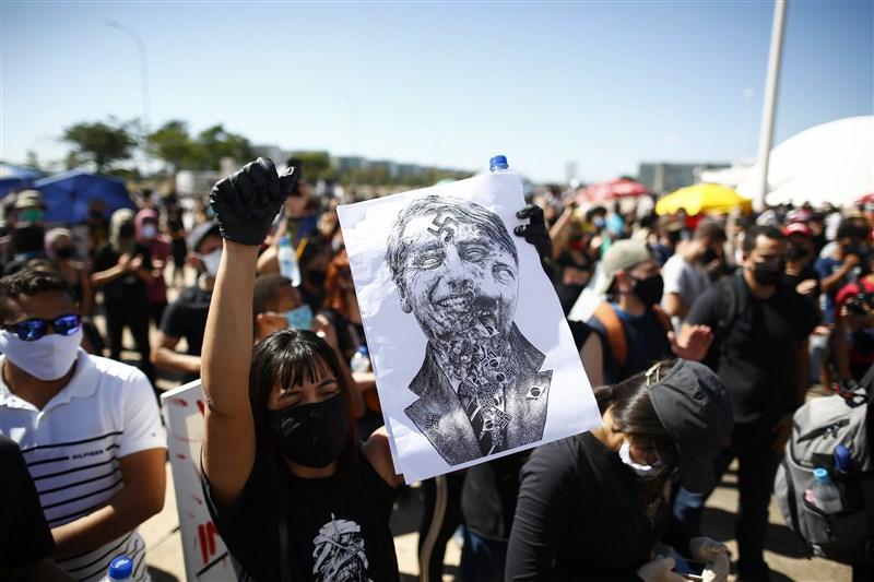 巴西民眾7日走上街頭示威,抗議在對抗武漢肺炎疫情不力的總統波索納洛。(法新社提供)