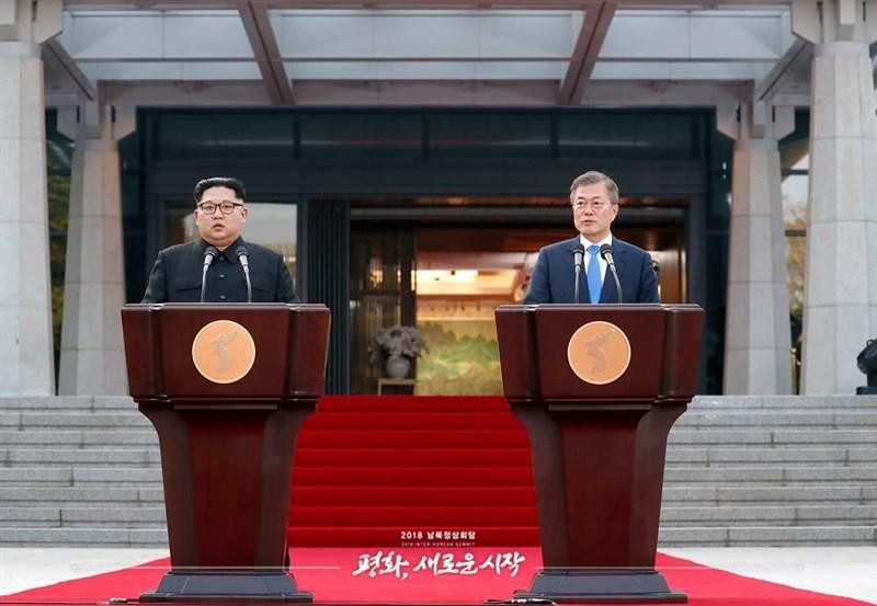 儘管北韓領導人金正恩(左)與南韓總統文在寅(右)2018年曾舉行過3場峰會,兩韓關係目前仍近乎凍結。圖為2018年4月27日金正恩與文在寅於板門店會面。(圖取自facebook.com/TheBlueHouseKR)